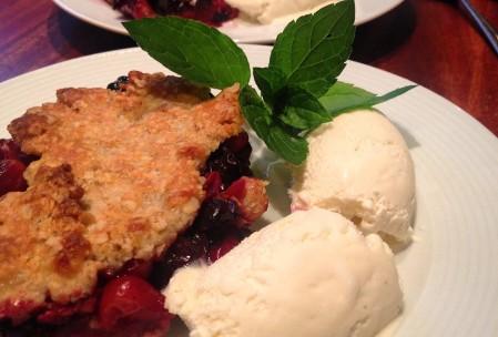 Kirsebærcrumble med vaniljeis