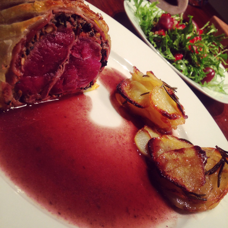 Beef Wellington med dyreryg, Pommes Anna og rødvinssovs