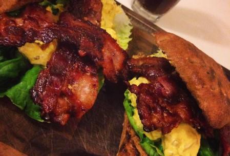 Club sandwich med kylling og bacon