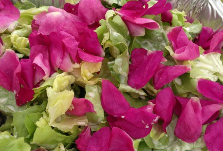 Salat med mormordressing og hybenroseblade