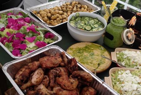 Sommerbuffet med salat med hybenroseblade