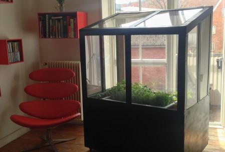 Indendørs-drivhus-med-aquaponic-system