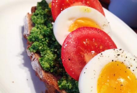 Æg, tomat og persillepesto