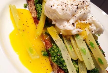 Pocheret æg, bønner og persillepesto